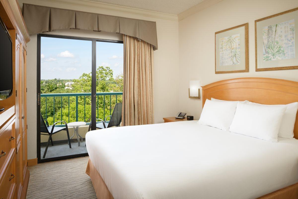 https://hiltonboca.com/wp-content/uploads/2018/12/Hilton-Suites-Boca-Raton-LARGE-17-1.jpg